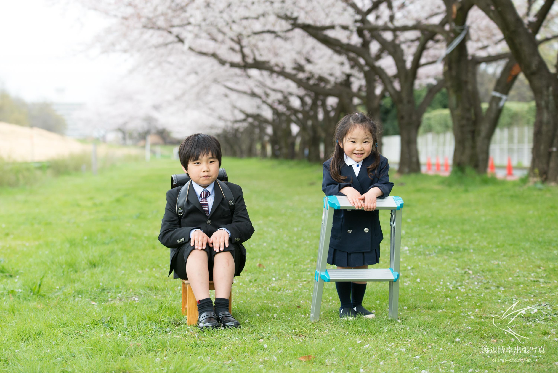 公園の緑の上に立つ男の子と女の子