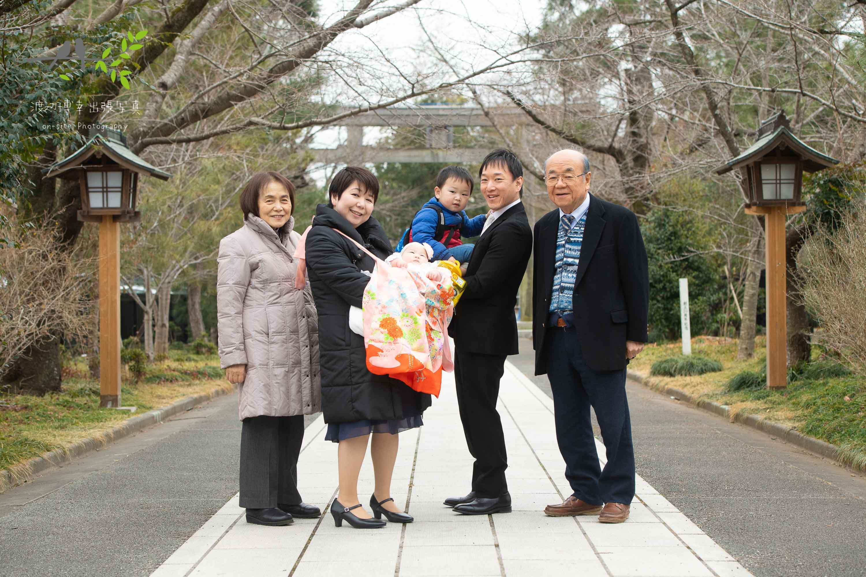 記念写真を撮る家族