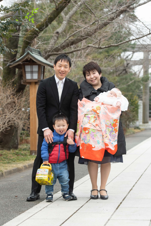 4人で記念写真を撮る家族