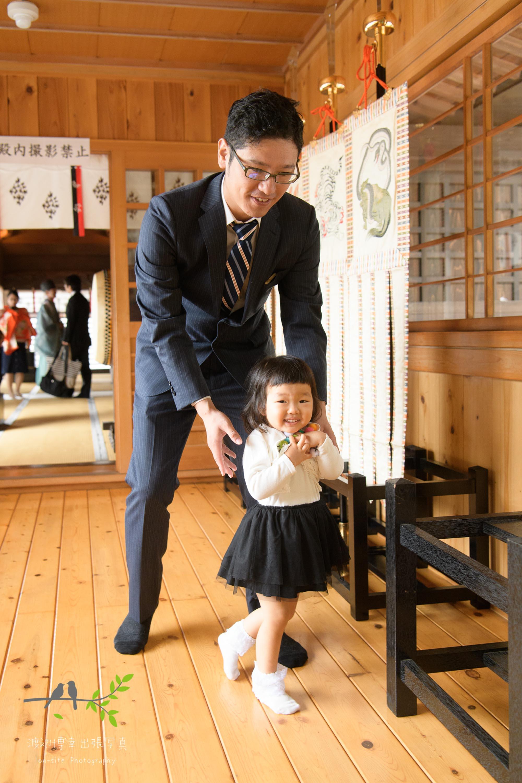 廊下に立つ父親と女の子