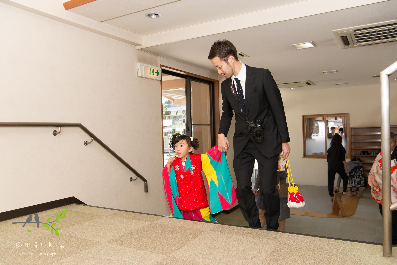 父親に手を引かれ階段を登る着物姿の女の子