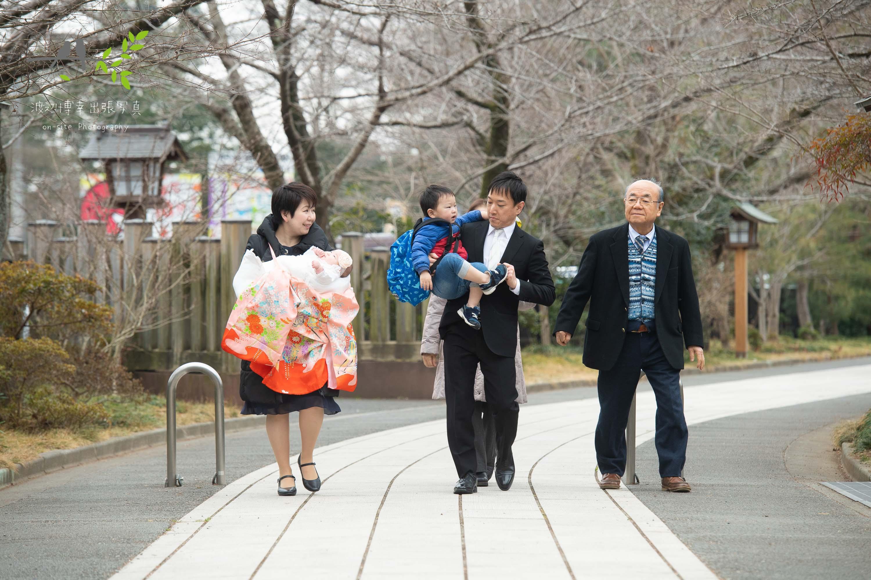 神社の参道を歩く家族