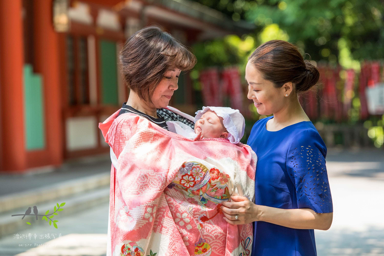 赤ちゃんを抱く母親と祖母