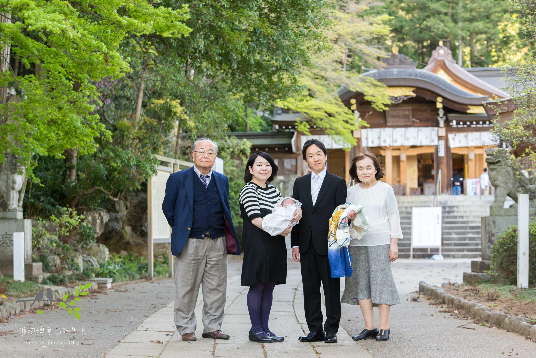 参道で記念写真を撮る4人家族