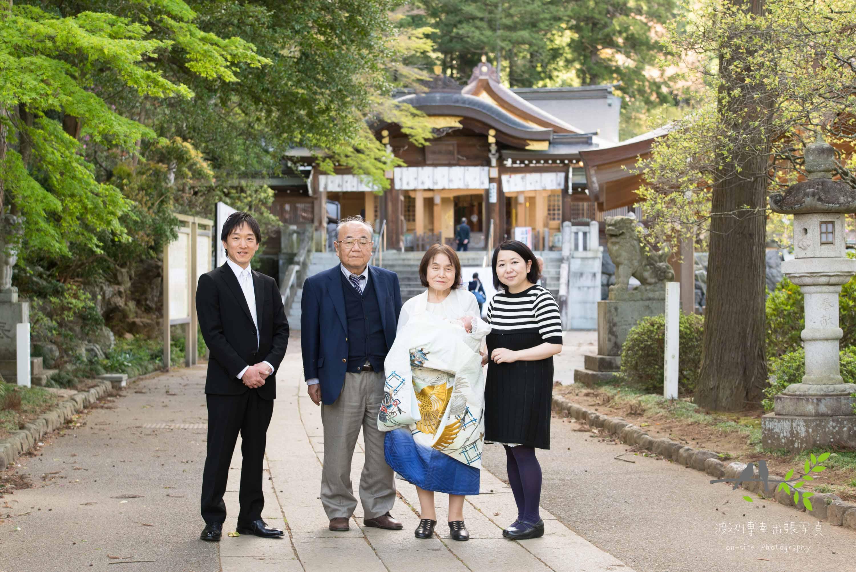 高麗神社の前で記念撮影をする4人家族