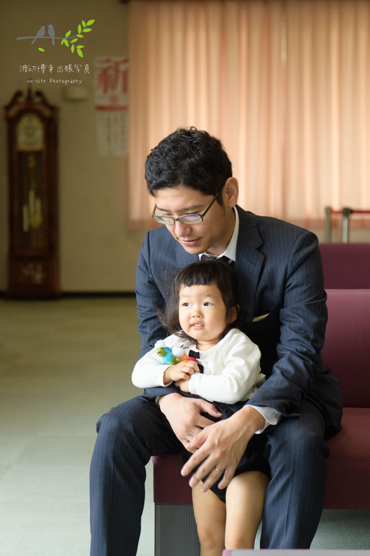 椅子に座る父親と女の子