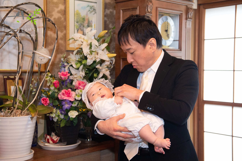 父に抱かれる赤ちゃん