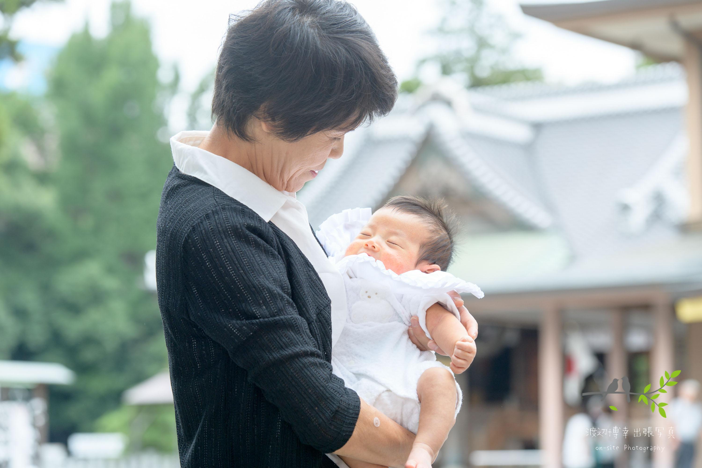 赤ちゃんを抱く祖母