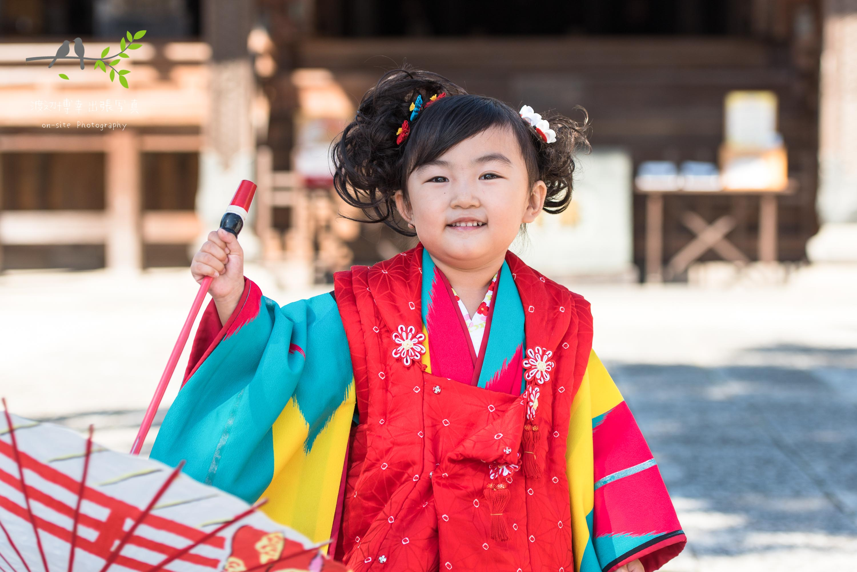 着物を着て和傘を持つ女の子