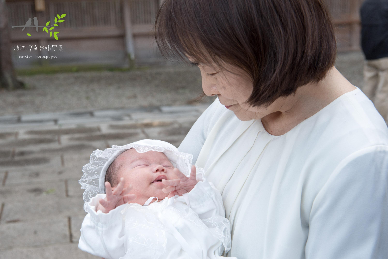 祖母に抱かれた赤ちゃん