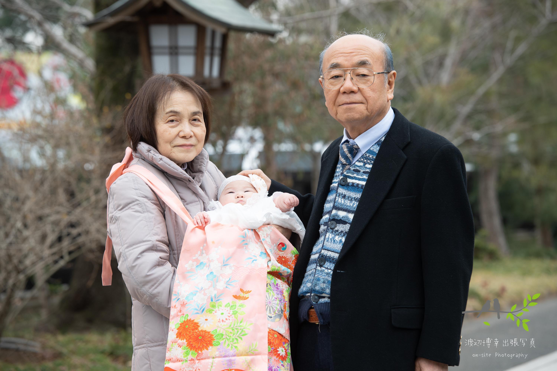 祖母と祖父に抱かれる赤ちゃん