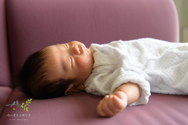 椅子の上で寝ている赤ちゃん