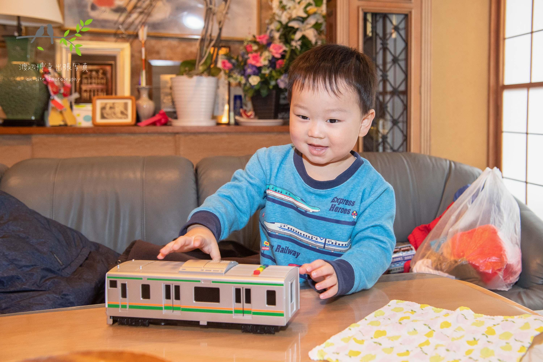 おもちゃの電車で遊ぶ男の子