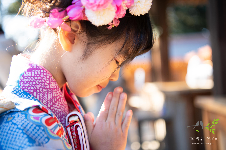お祈りをする七五三の女の子の横顔