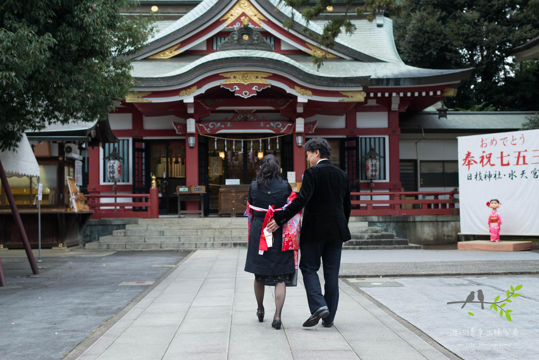 神社参道を歩く夫婦の後ろ姿