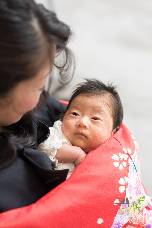 母親を見上げる赤ちゃん