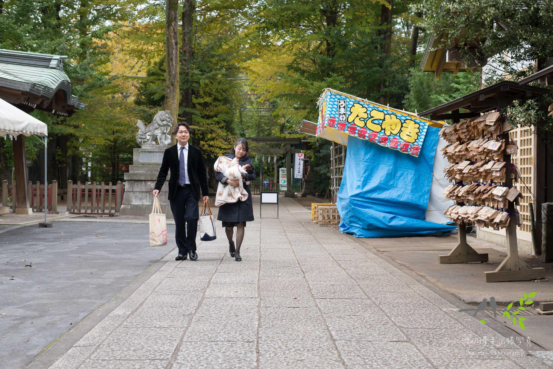 神社の参道を歩く夫婦