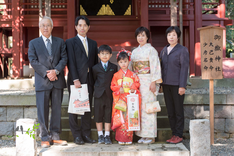 大宮氷川神社で記念写真を撮る七五三の家族