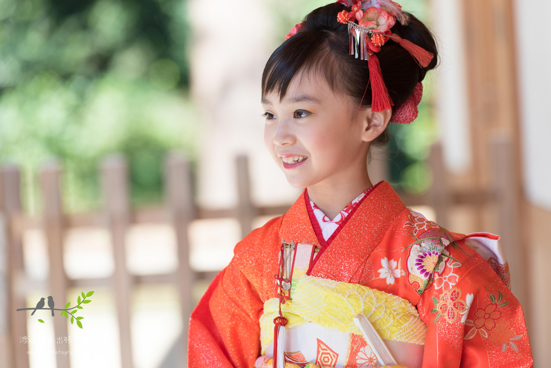 オレンジの着物を着た女の子の横顔