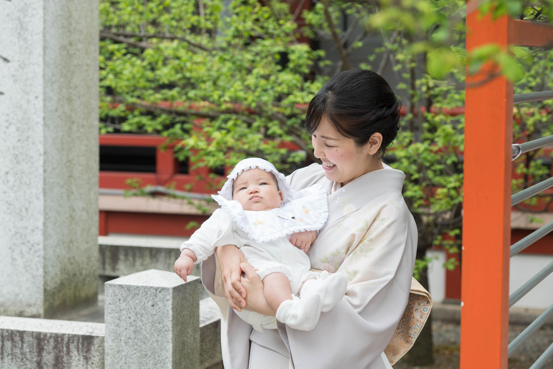 赤ちゃんを抱く和装姿の女性