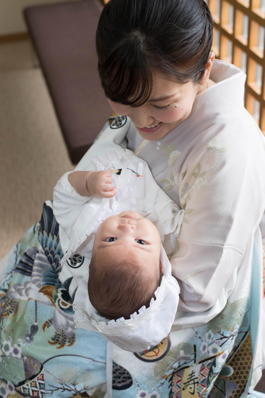 赤ちゃんを抱く女性を上から見下ろしている