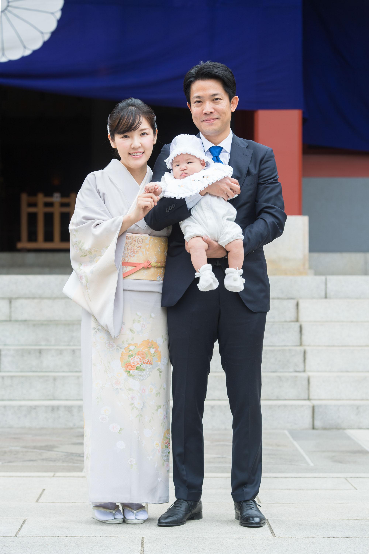 赤ちゃんを抱き立つ女性と男性