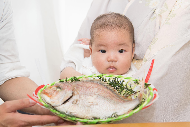 鯛を見つめる赤ちゃんの顔