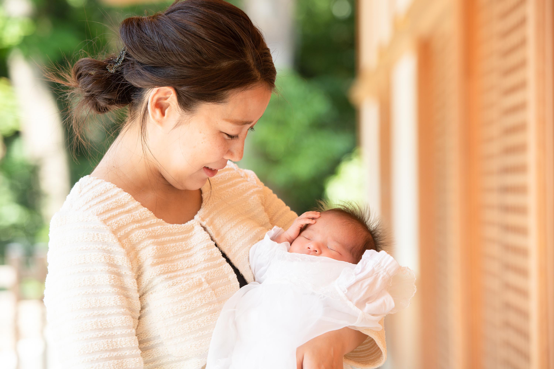 赤ちゃんを抱いている女性