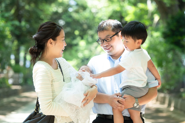 赤ちゃんを抱っこした女性と男の子を抱っこした男性