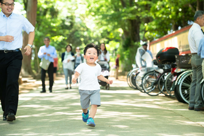 参道を走ってくる小さな男の子