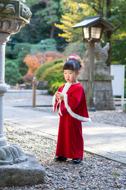 立っている赤いドレス姿の女の子