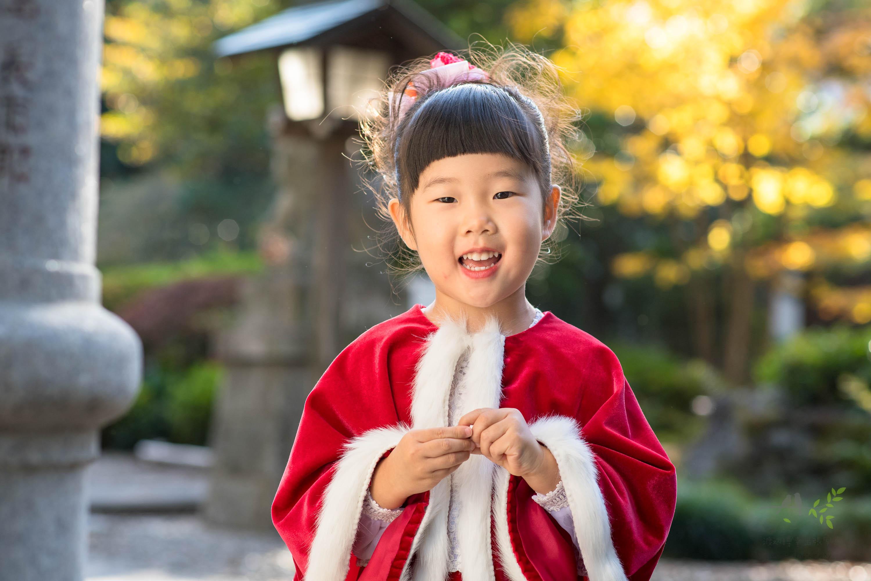 こちらを見て笑う赤いドレス姿の女の子