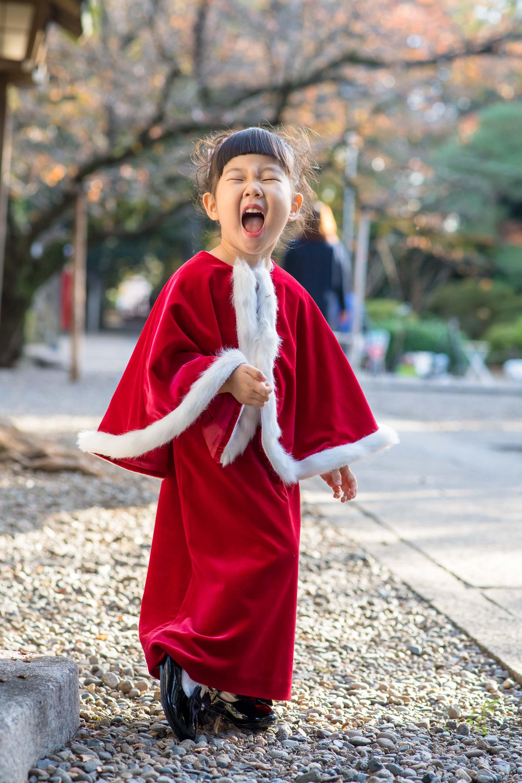笑っている赤いドレス姿の女の子
