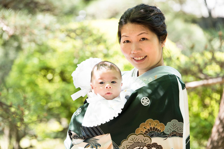 和服姿の女性がお宮参りの赤ちゃんを抱いている画像