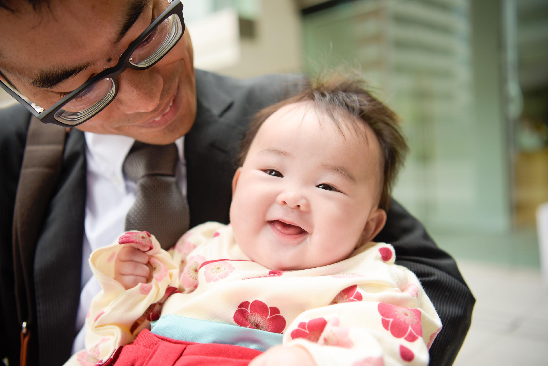 男性に抱っこされた赤ちゃんのアップ