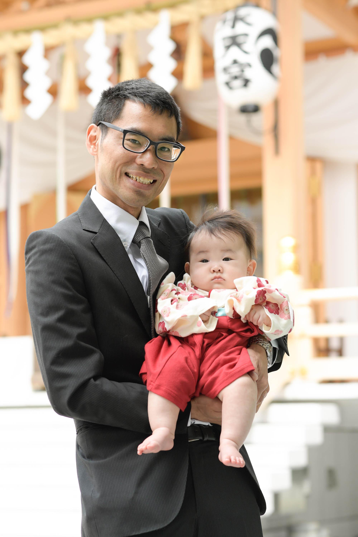 男性に抱かれた赤ちゃん