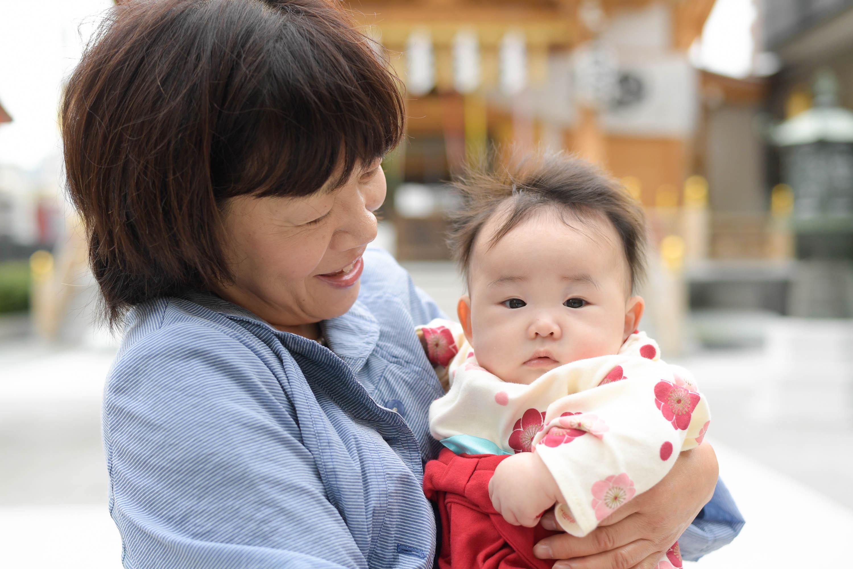 女性に抱かれた赤ちゃん