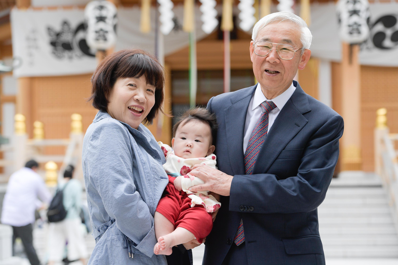 女声と男性に抱かれた赤ちゃん