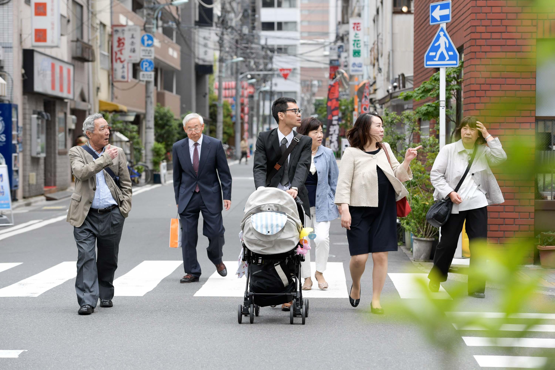 道を歩いている6人の大人