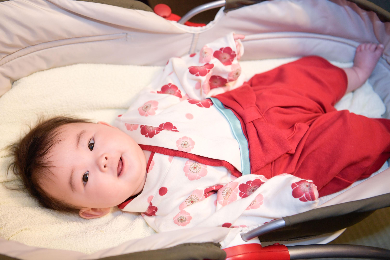 ベビーベッドに寝た赤ちゃん