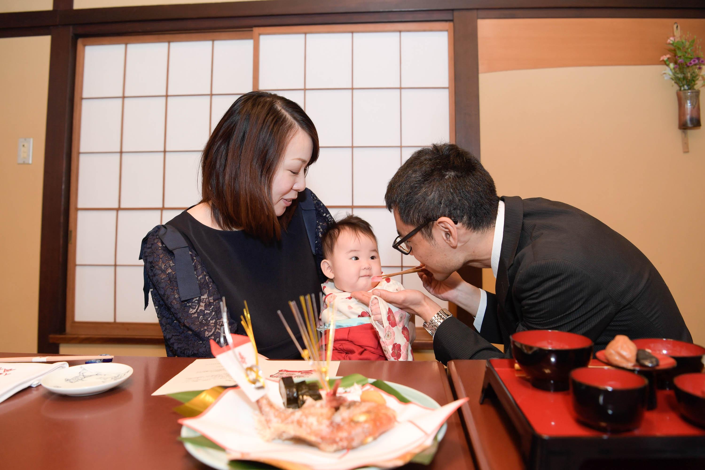 お食い初めをする家族