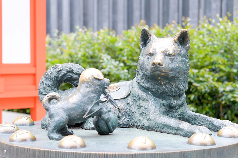 水天宮にある子宝犬のオブジェ