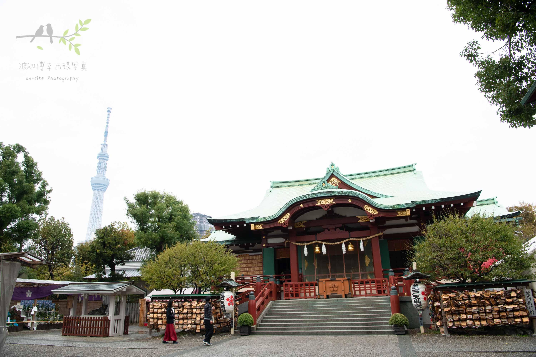 正面から見た亀戸天神社と遠くにそびえ立つ東京スカイツリー
