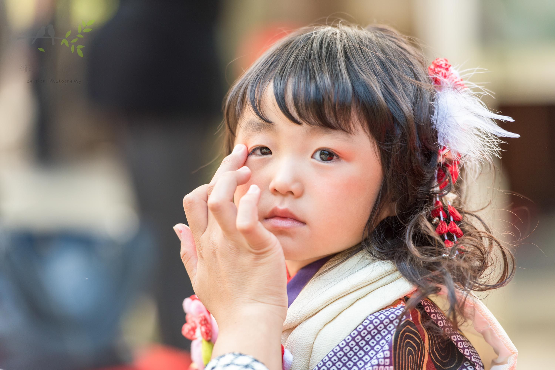 七五三の着物姿でお化粧をされる小さな女の子