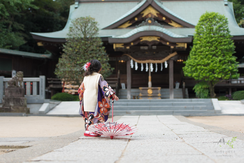 小さな和傘を持ち歩く女の子の後ろ姿