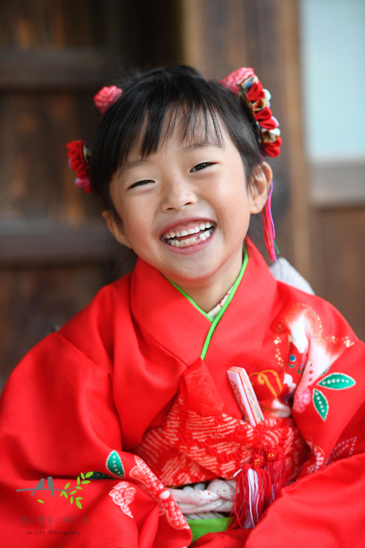 赤の着物を着た笑顔の女の子