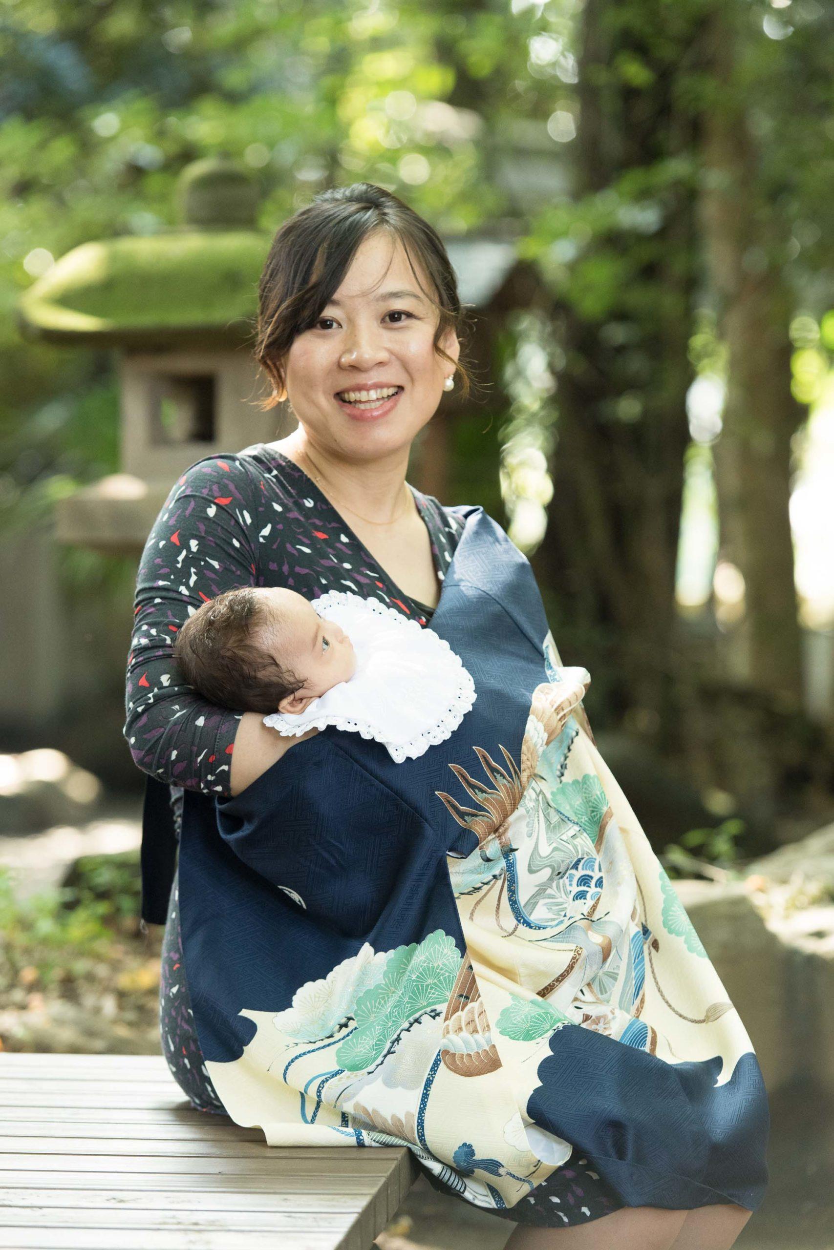 初着姿で赤ちゃんを抱く女性