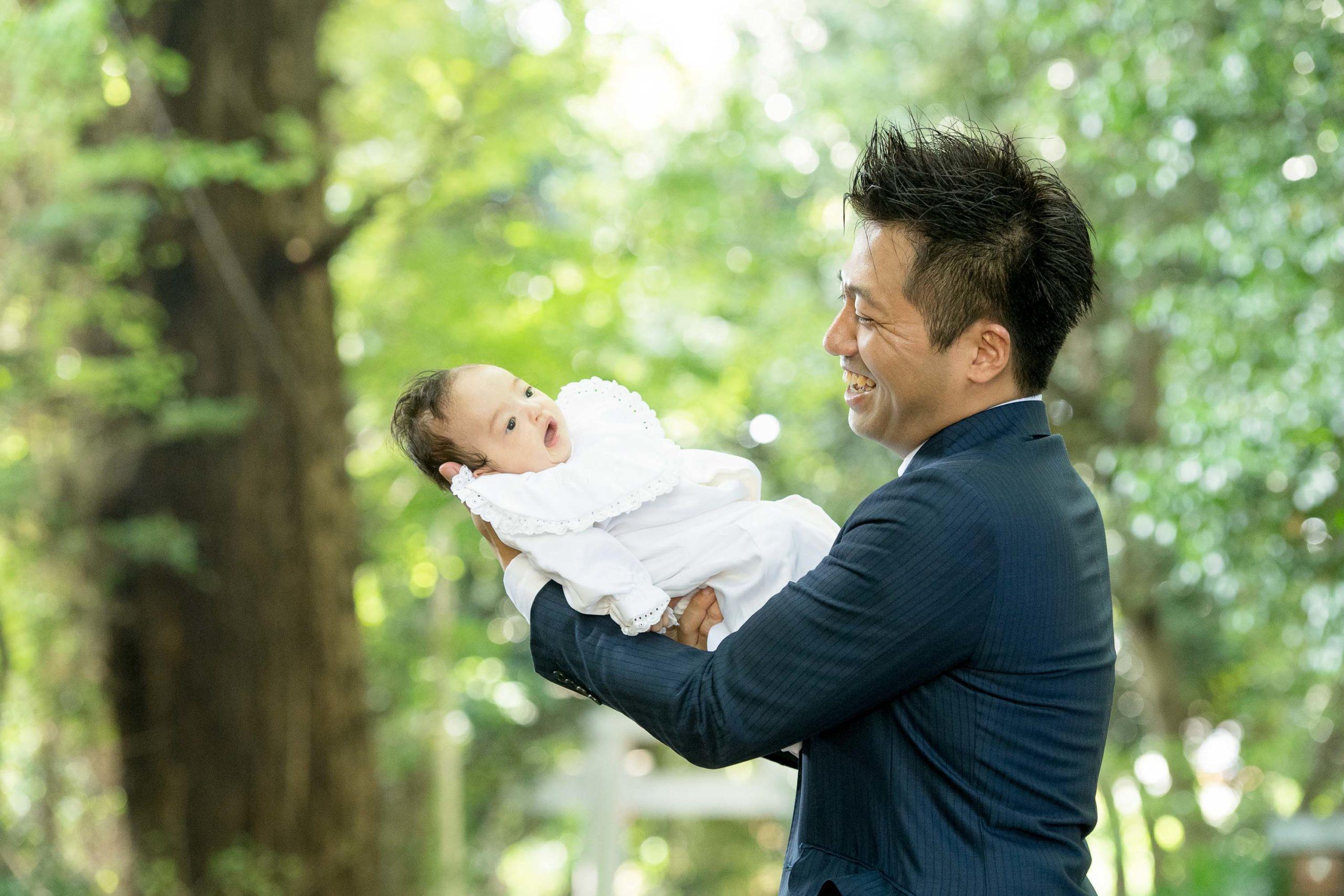 ライオンキングのように赤ちゃんを高く上げる男性