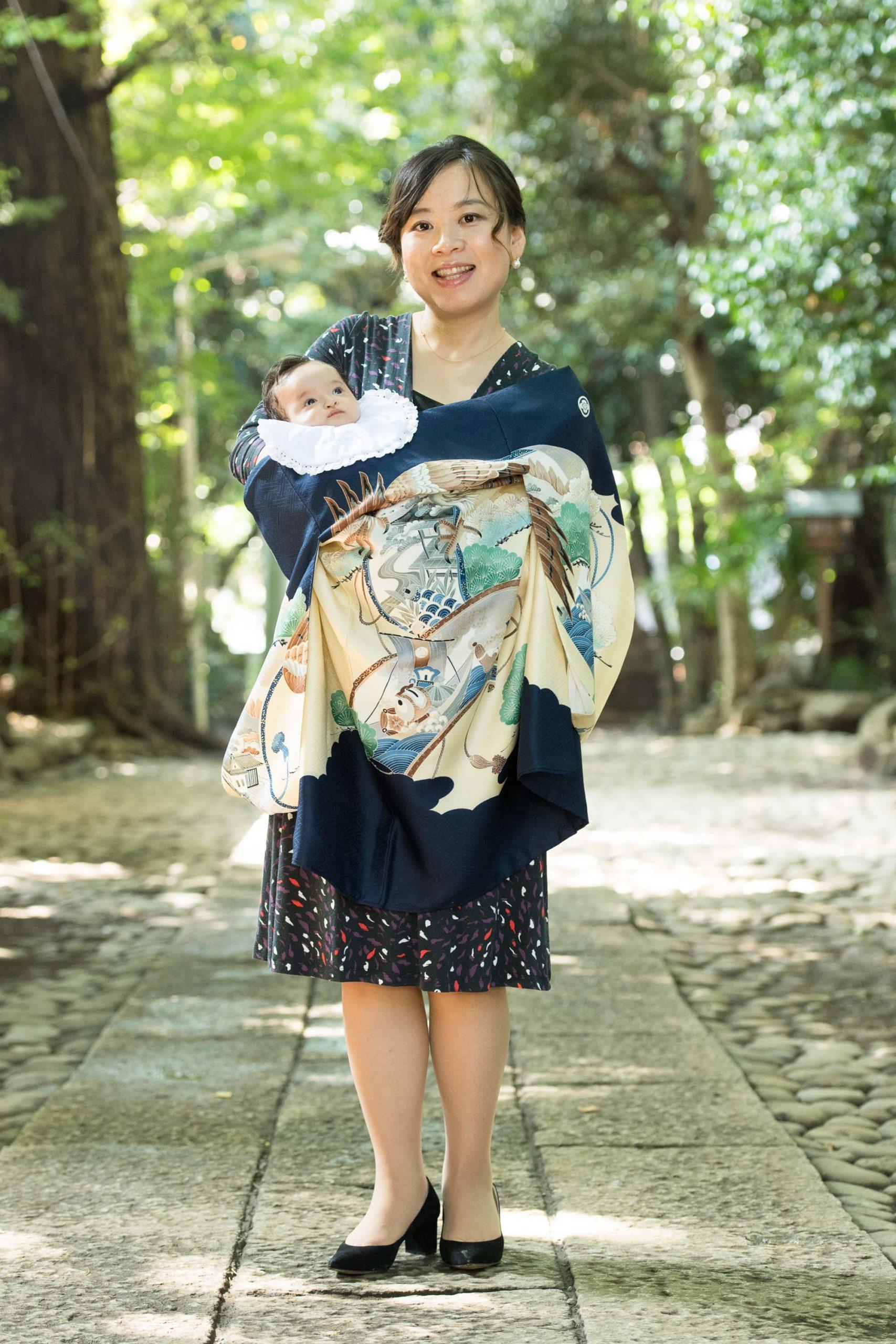 初着で赤ちゃんを抱く女性