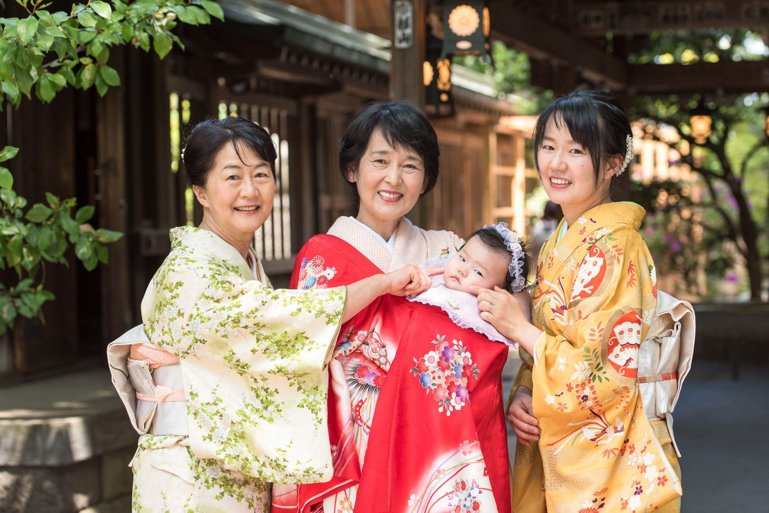 着物を着て並ぶ三人の女性真ん中の女性が赤ちゃんを抱いている